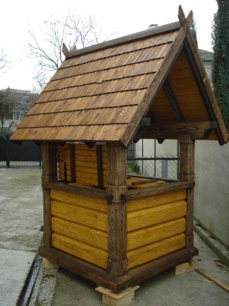 Большинство мастеров предпочитает установить поверх колодца небольшой домик для защиты и придания хорошего внешнего вида