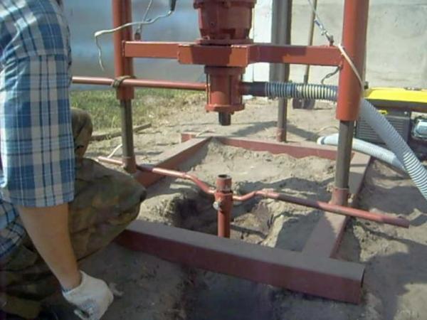 Для облегчения обсадки ствола к станине может крепиться специальный фиксатор.
