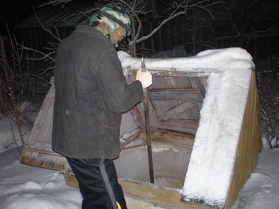 Добывать воду зимой таким способом – не самое приятное занятие