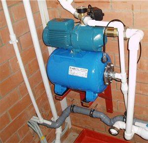 Если скважина располагается рядом с домом, то установку системы можно производить в цокольном этаже или подвале