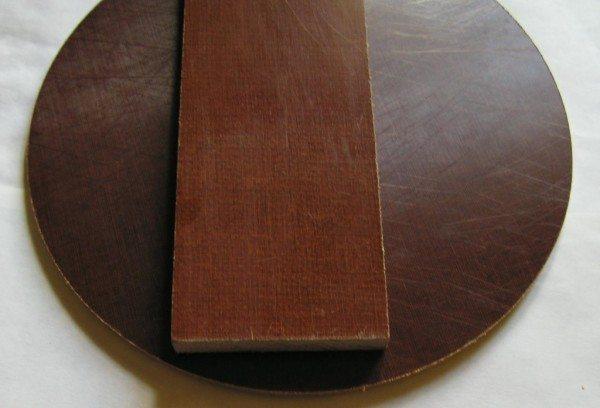 Если у вас есть текстолит, его можно использовать для колодезной крышки