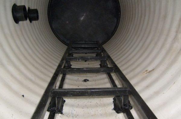 Если в колодец необходимо опускаться, то установка лестницы не будет бесполезной