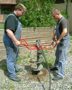 Фото процесса бурения водоносного источника при помощи ручного ротора.