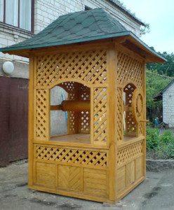 Из дерева возводятся целые конструкции, напоминающие старинные колодцы