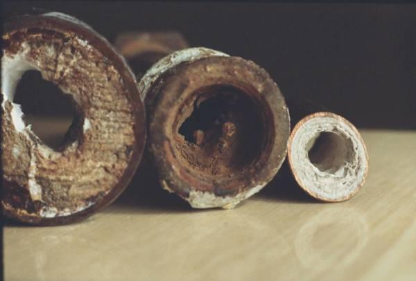Известь и ржавчина со временем снижают просвет трубы.