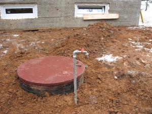 Кессон обязательно должен закрываться крышкой, чтобы предотвратить загрязнение, при этом некоторые мастера предпочитают устанавливать на поверхности дополнительный кран