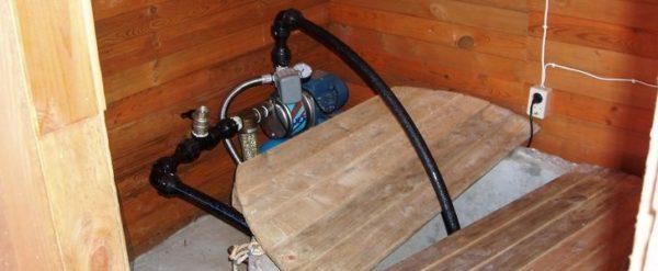 Любительское фото насоса установленного в колодезном домике
