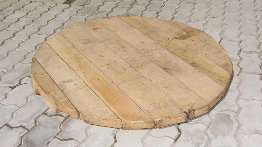 Деревянная крышка на колодец