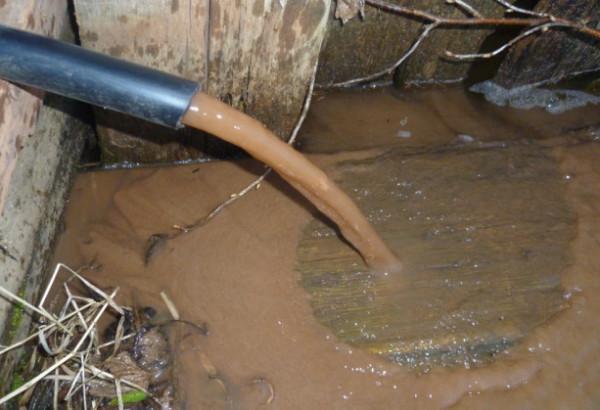 На фото - недостаточный водозабор приводит к помутнению воды