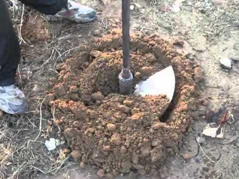 На фото – бурение скважины для воды на загородном участке самодельным инструментом