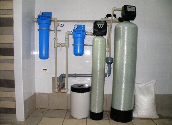 На фото – фильтровальный комплекс для колодезной воды