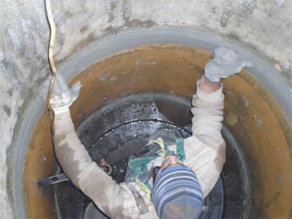На фото – заделка швов бетонных колец
