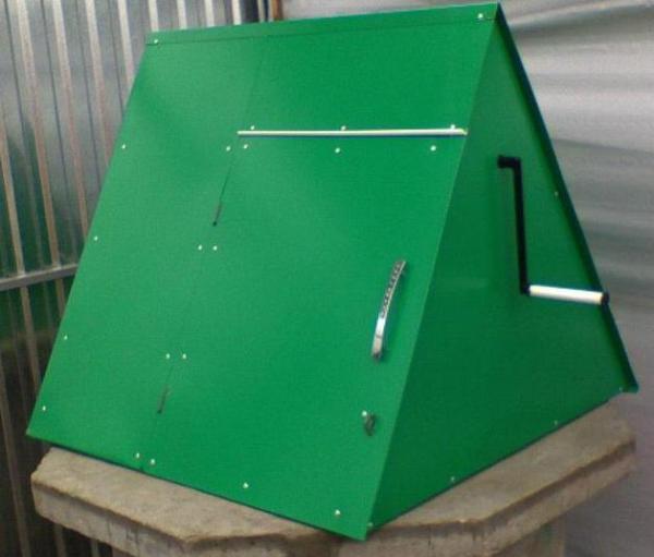 На фото: из металла получаются достаточно легкие, но очень прочные крышки для колодцев