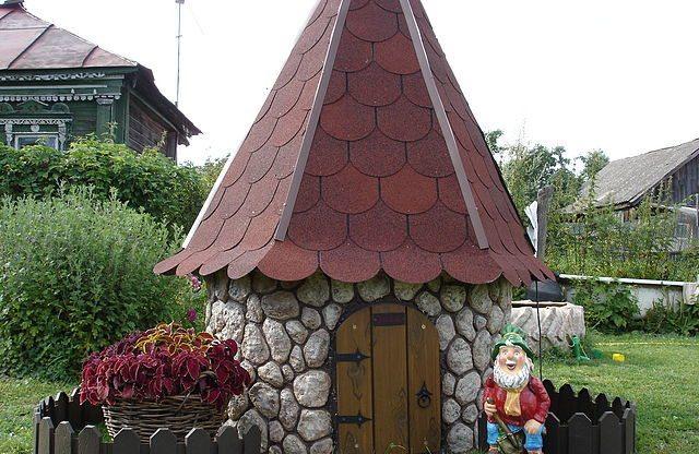 На фото каменный домик для колодца.