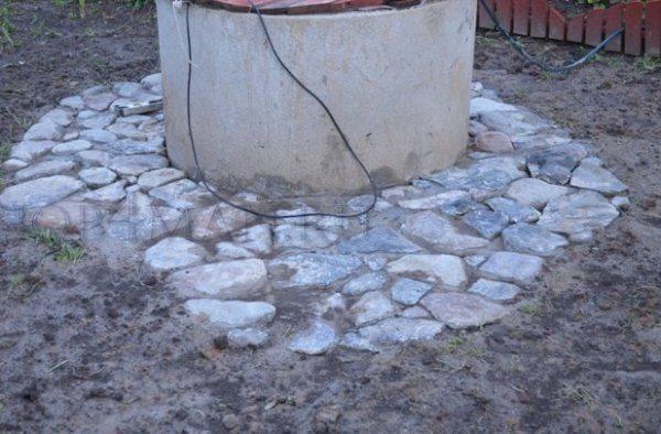 На третьем – укладываем камень в бетонную массу, на фото – результат работы, когда бетон застынет