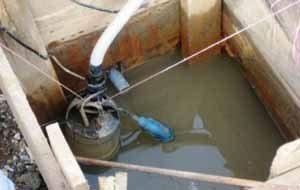 Настоящая чистка требует удаление воды из колодца