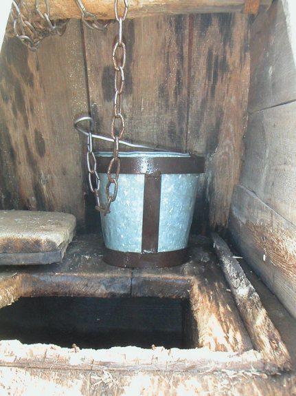 Общее ведро для добычи воды.