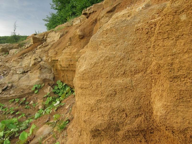 осадочные породы легко размываются грунтовыми водами. Зарастание скважины осадками неизбежно