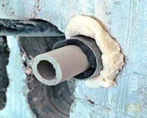 Пена отлично подойдет для уплотнения места входа трубы в фундамент