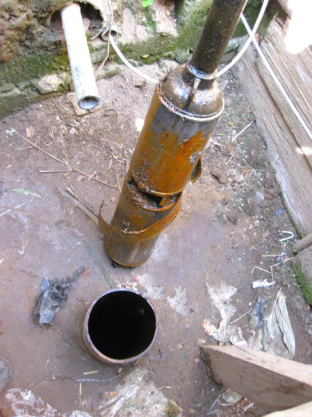 Подчас подъем насоса для ремонта и обслуживания скважины выливается в серьезную проблему.