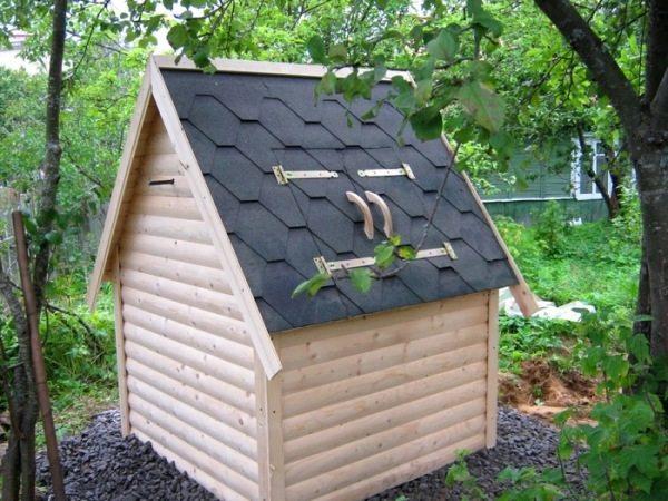 Полностью закрытый домик для колодца выполняет функцию колодезной крышки.