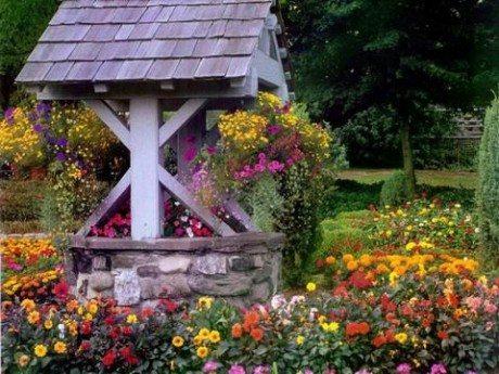Прочное каменное основание, массивные деревянные части и крыша из дранки – такая декорация колодца придает объекту средневековую прелесть