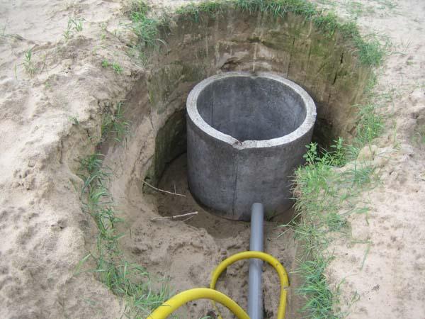 Прокладку водопроводных труб к колодцам при постоянной эксплуатации необходимо осуществлять ниже уровня промерзания грунта