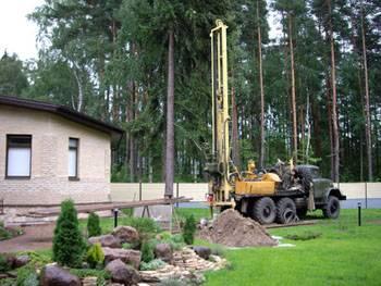 Процесс забоя скважины для добычи питьевой воды на загородном участке.