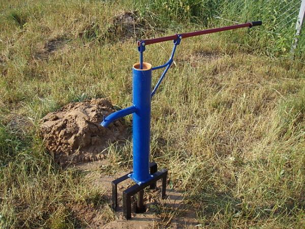 Ручной водяной насос для скважины на дачном участке