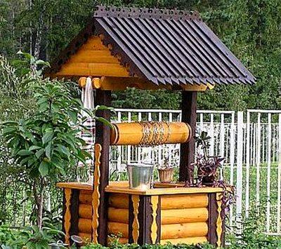 С помощью ворота воду из колодца доставать очень просто