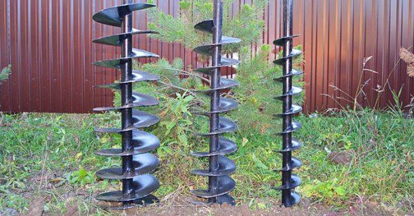Шнековое бурение трубами со спиралевидными лопастями.