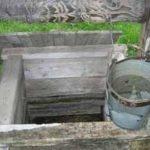 Скважина в колодце – очень удачное решение проблемы, но только на первый взгляд