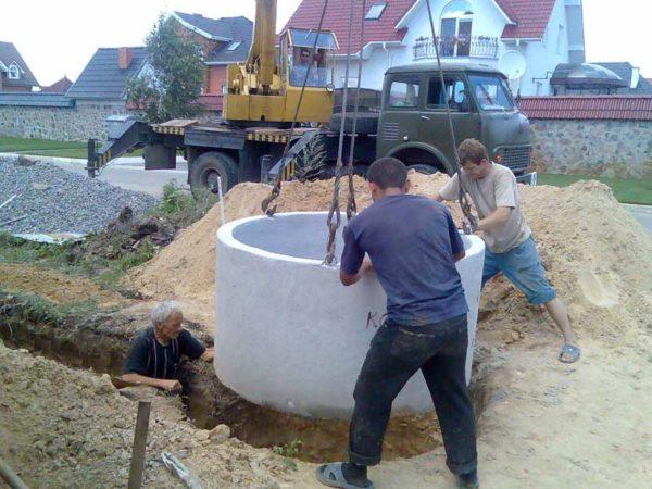 Строительство сборного железобетонного колодца.