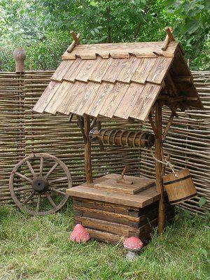 Такой колодец гармонично смотрится на зеленом газоне в сочетании с деревянным забором или плетеной изгородью