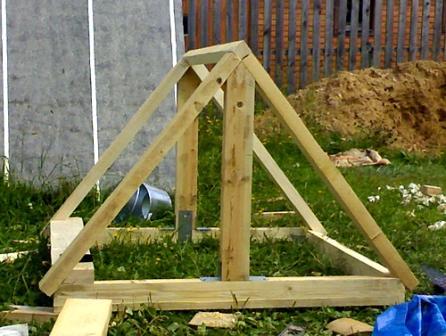 Теперь наш домик на колодец своими руками обрел отличный каркас крыши.