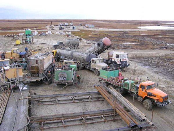 Цементирование скважин производят силами тяжелого спецоборудования.