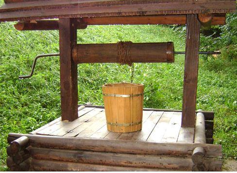 В конце ворот укрепляют над устьем и снабжают тросом с ведром на конце.