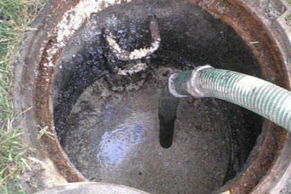 Выгребная яма канализационного колодца в процессе откачки