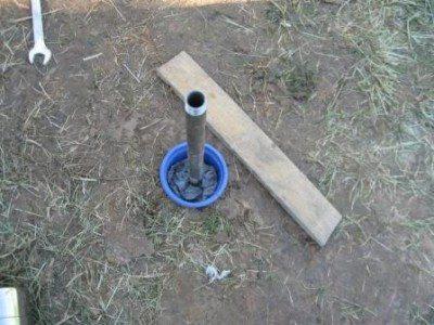 Забиваем трубу через деревянную накладку.