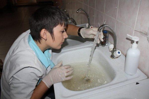 Забор воды следует выполнять в медицинских перчатках