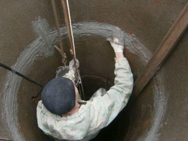 Заделка щелей между бетонными кольцами