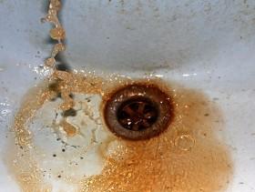 Загрязненная железом вода, как видно на фото, окрашена в цвет ржавчины.
