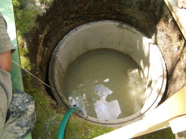 Заиленный или загрязненный источник нужно обязательно очистить