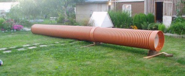 Бесшовная труба больших размеров, изготовленная из пластика.
