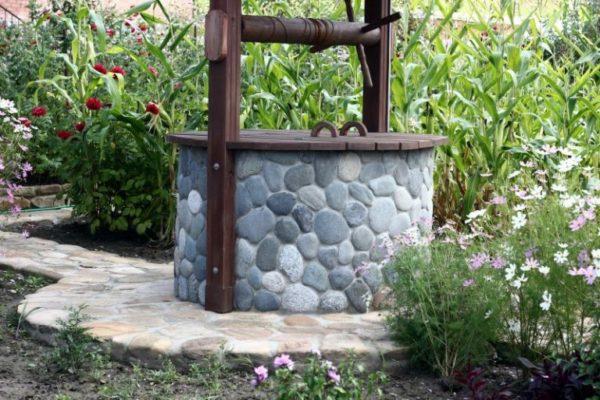 Бетонное кольцо можно отделать декоративным камнем