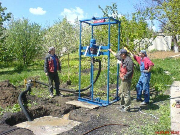 Бригада специалистов выполняет роторное бурение скважин на воду