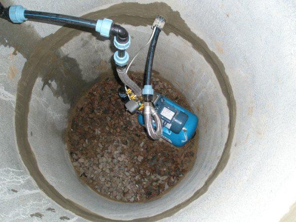 Бурение скважин в колодце обязывает предварительно заняться его укреплением и, по возможности, осушением