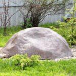 Декоративная крышка в виде камня на скважине
