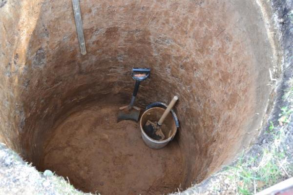 Для работы достаточно лопаты и ведра с веревкой.