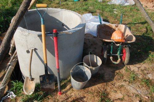 Для работы понадобятся простые инструменты для копки земли.